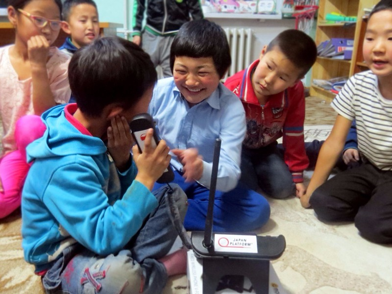 Students are contacting their parents through landline phone the project enabled, Dornod aimag ©Save the Children